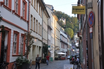 Ana caddeye açılan sokaklar