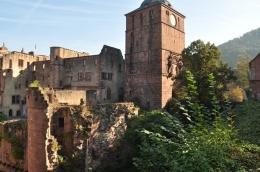 Kale girişinde saat kulesi
