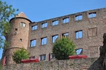 Bir kısmı yıkılmış kale binaları