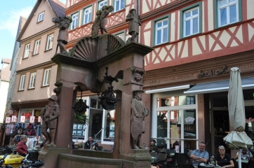 Eski kent meydanında bir anıt