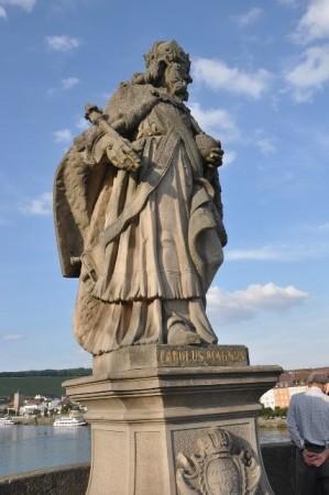 Eski köprü üzerindeki heykellerden birisi