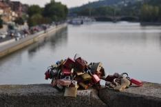 Eski köprüde kilitlenmiş aşklar...