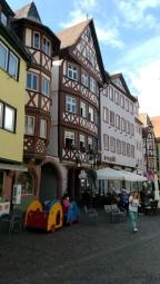 Meydana bakan eski binalar