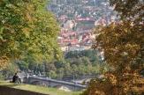 Kalenin arkasından şehire bakış