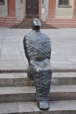 Museum am Dom önündeki heykel