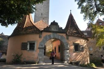 Batı kapısı önünde