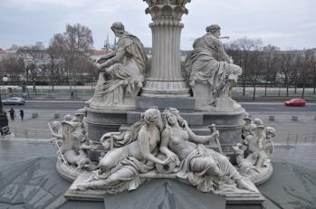 Parlamento önündeki heykeller