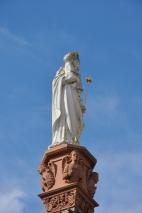 Merkezdeki kolonun üzerindeki heykel