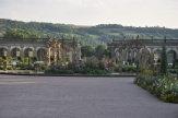 Bahçe alt sınırındaki yapılar