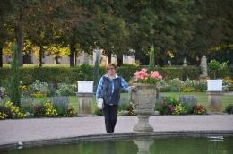 Bayan gezmeci bahçede