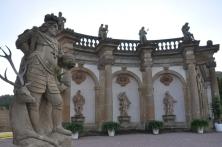Heykellerle süslenmiş yapılar
