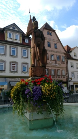 Eski şehir meydanındaki heykel