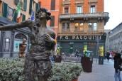9 Kasım caddesinde heykeller