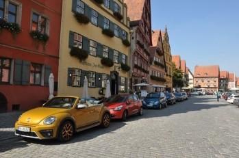 Ana cadde üzerinde otel ve restoranlar