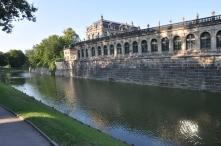 Zwinger sarayı ve dışındaki hendek