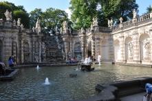 Zwinger sarayı bahçesinde havuz